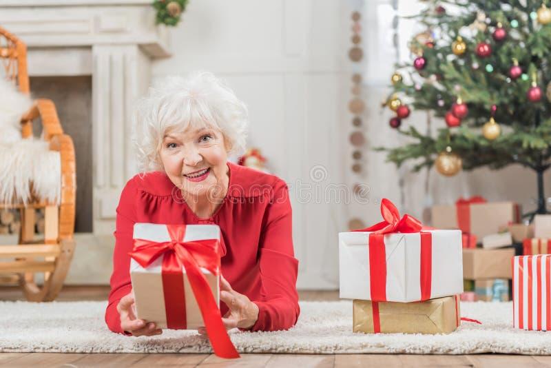 Het charmeren van hogere dame rust thuis dichtbij voorstelt stock afbeelding