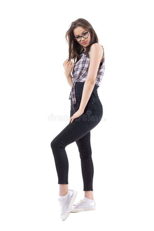 Het charmeren van jong modieus hipstermeisje met glazen en plaidoverhemd het stellen bij camera royalty-vrije stock foto