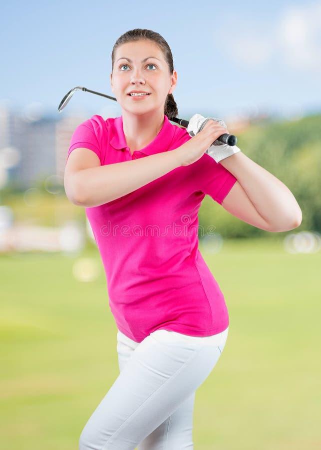 het charmeren van jonge atleet met een golfclub stock fotografie