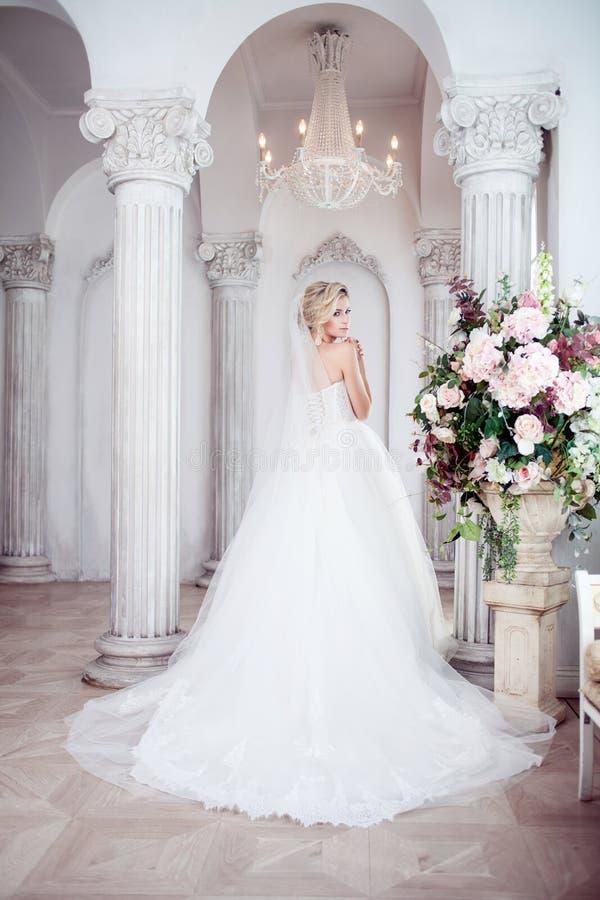 Het charmeren van jonge bruid in luxueuze huwelijkskleding Mooi meisje, de fotostudio stock afbeeldingen