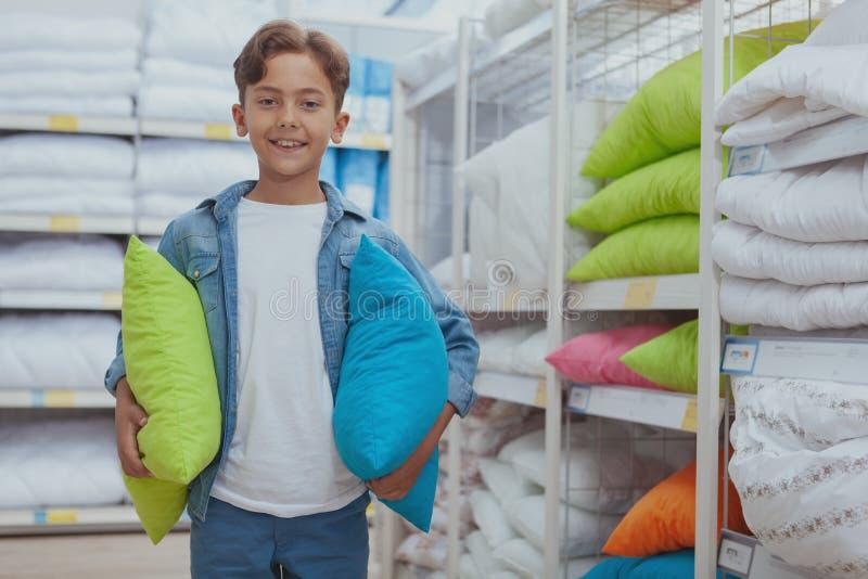Het charmeren van jonge jongen bij de meubilairopslag royalty-vrije stock foto's
