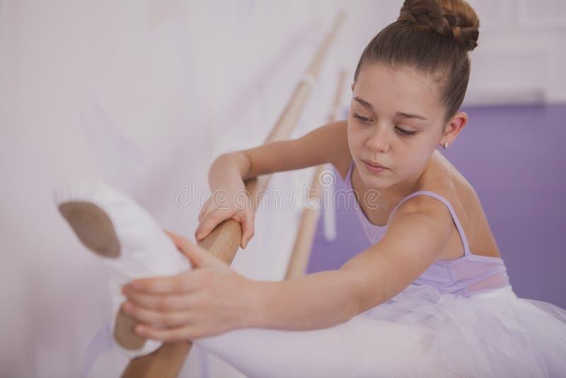 Het charmeren van jonge meisjesballerina die op dansschool uitoefenen royalty-vrije stock foto