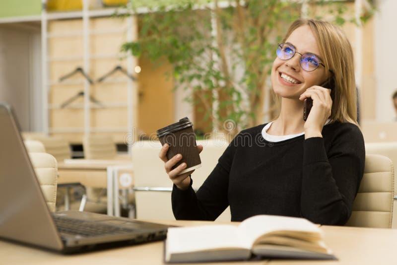 Het charmeren van jonge onderneemster die op het kantoor werken royalty-vrije stock foto