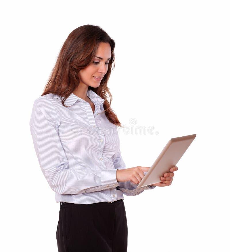 Het charmeren van jonge vrouw die aan tabletpc werkt royalty-vrije stock afbeelding