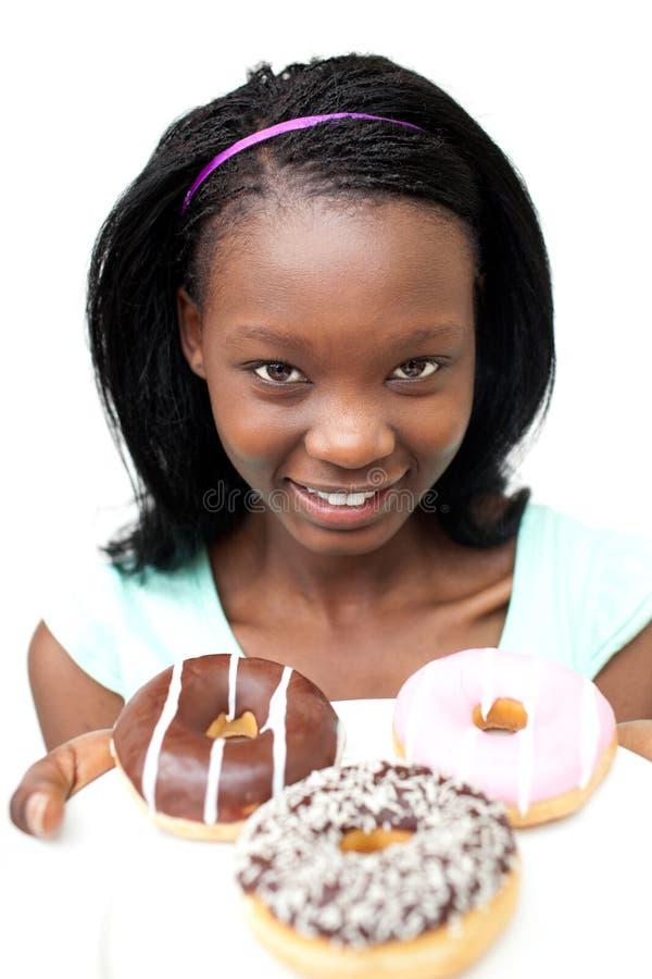Het charmeren van jonge vrouw die donuts bekijkt royalty-vrije stock afbeeldingen