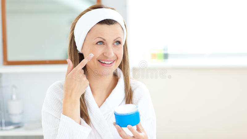 Het charmeren van jonge vrouw die room in de badkamers gebruikt stock fotografie