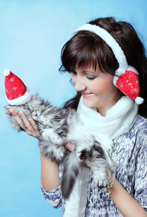Het charmeren van jonge vrouw met kat stock afbeeldingen