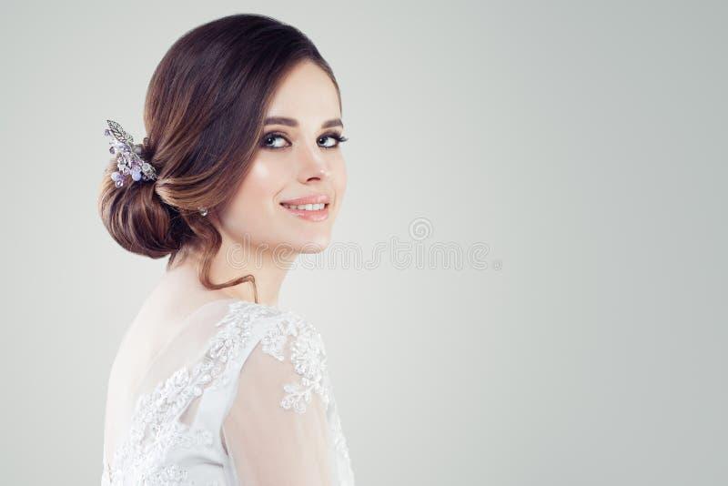 Het charmeren van jonge vrouwenbruid met make-up en bruids kapsel Mooie vrouwenfiancee op witte achtergrond met exemplaarruimte stock afbeeldingen
