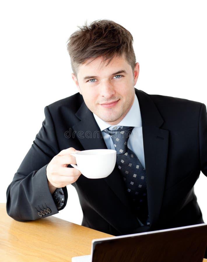 Het charmeren van jonge zakenman die kop het glimlachen houdt stock foto's