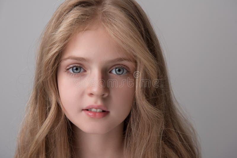Het charmeren van leuk vrouwelijk kind drukt vreugde uit stock fotografie