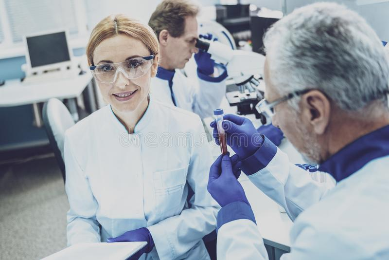 Het charmeren van medische arbeider die camera bekijken royalty-vrije stock fotografie