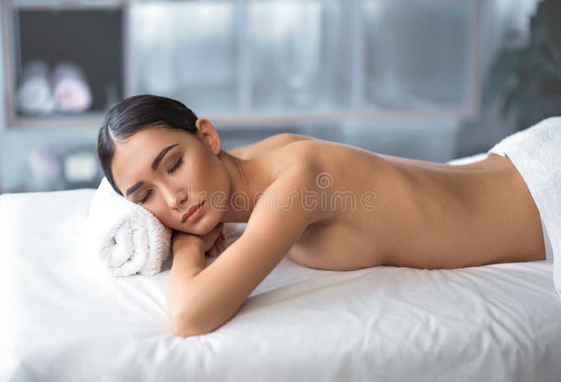 Het charmeren van prettige dame rust in kuuroord stock afbeeldingen