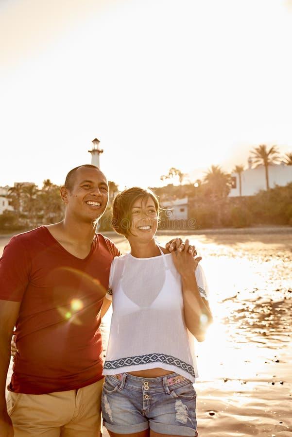 Het charmeren van volwassen paar die zich op strand bevinden royalty-vrije stock afbeeldingen
