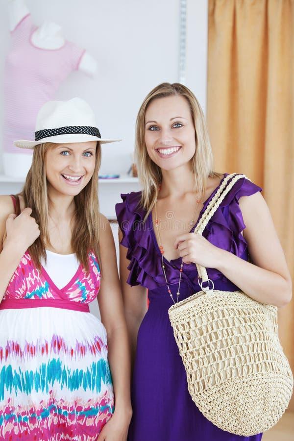 Het charmeren van vrouwelijke vrienden die bij de camera glimlachen royalty-vrije stock foto