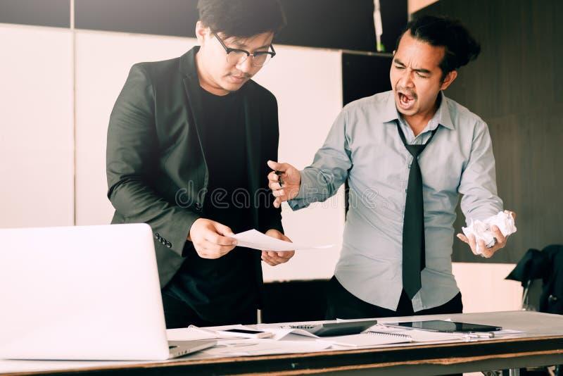 Het chef- schreeuwen aan werknemer terwijl fout het werken stock fotografie