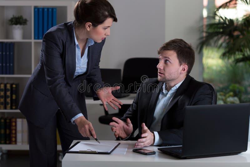 het chef- schreeuwen bij werknemer stock fotografie