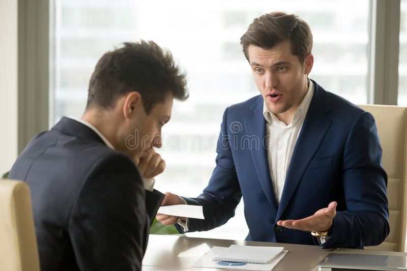 Het chef- schreeuwen bij werknemer voor het missen van uiterste termijn, slechte het werkresultaten royalty-vrije stock fotografie