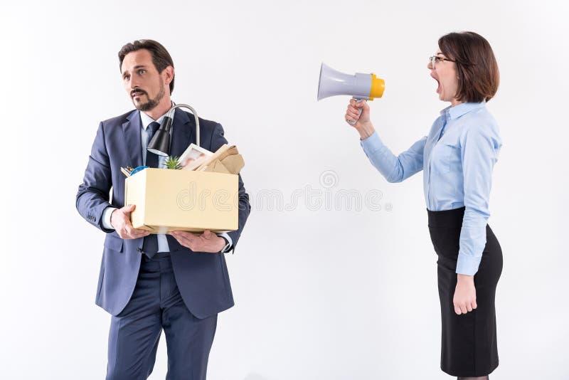 Het chef- wijfje schreeuwt bij haar arbeider stock afbeeldingen