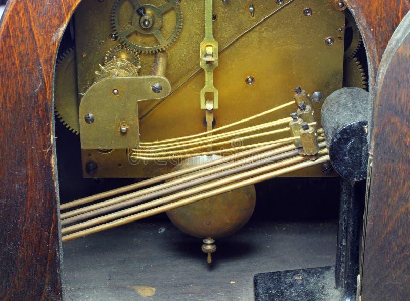 Het chiming mechanisme van een oude klok stock foto