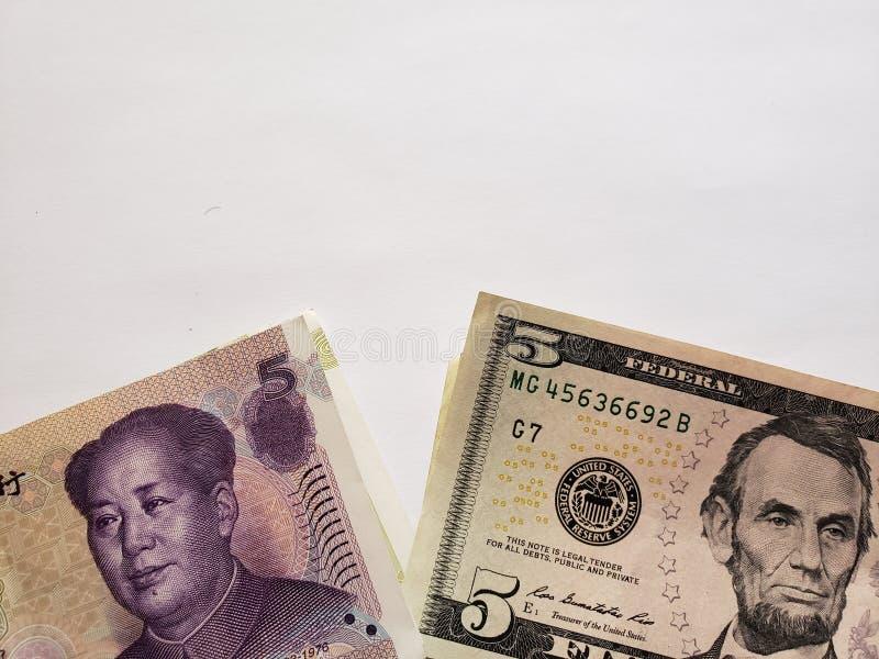 Het Chinese bankbiljet van vijf yuans, Amerikaanse vijf dollars factureert en witte achtergrond stock foto's