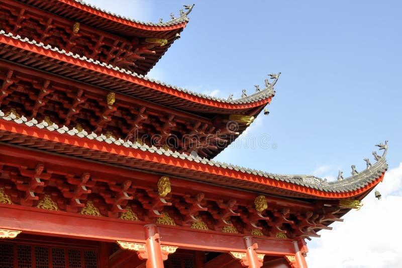 Het Chinese dak van de stijltempel tegen blauwe hemelachtergrond royalty-vrije stock afbeeldingen