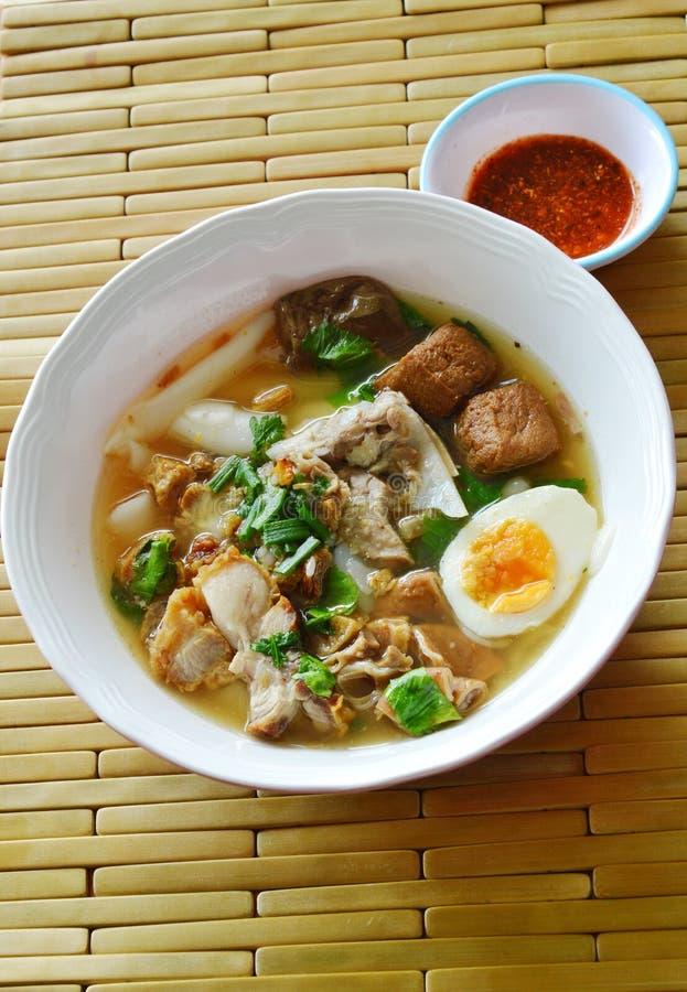 Het Chinese deeg van de rijstbloem met varkensvlees en ingewanden die romige eierdooier in soep bedekken royalty-vrije stock afbeeldingen