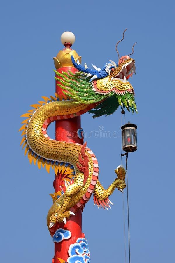 Het Chinese draakstandbeeld met blauwe hemelachtergrond royalty-vrije stock afbeelding