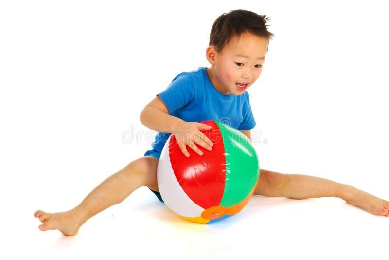 Het Chinese jongen spelen met strandbal royalty-vrije stock fotografie