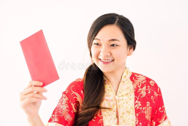 Het Chinese meisje bekijkt ANG-paoenvelop stock foto