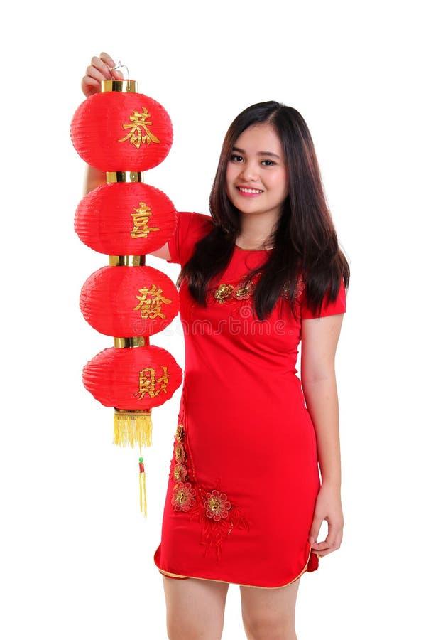 Het Chinese meisje heft de rode geïsoleerde lantaarn op stock afbeelding