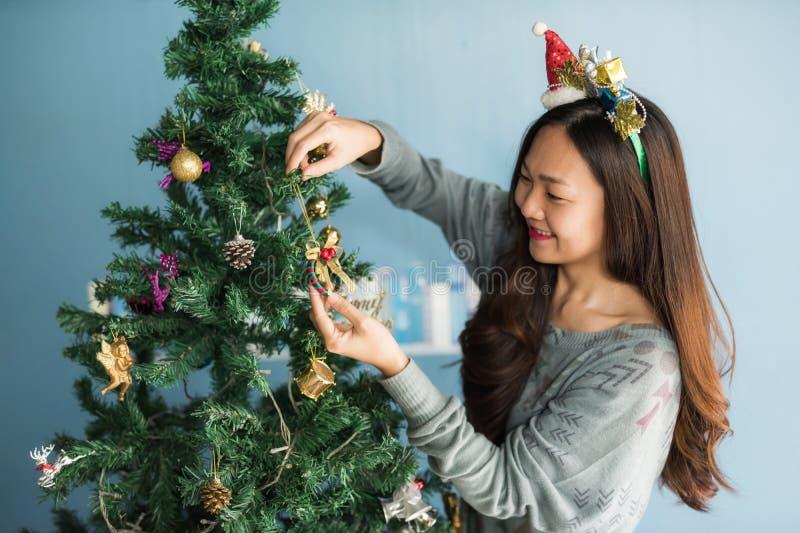 Het Chinese meisje verfraait gift op Kerstboom royalty-vrije stock afbeeldingen