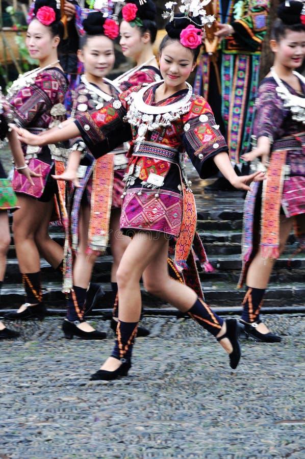 Het Chinese miao dansen stock afbeelding