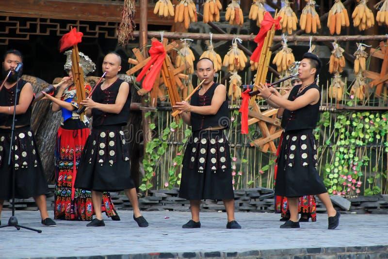 Het Chinese miao dansen stock foto