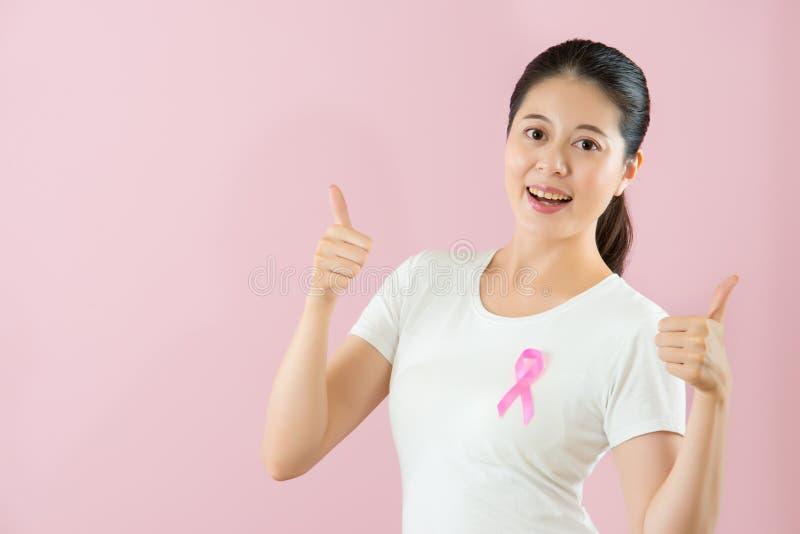 Het Chinese model heft duimen tegen kanker op stock afbeeldingen