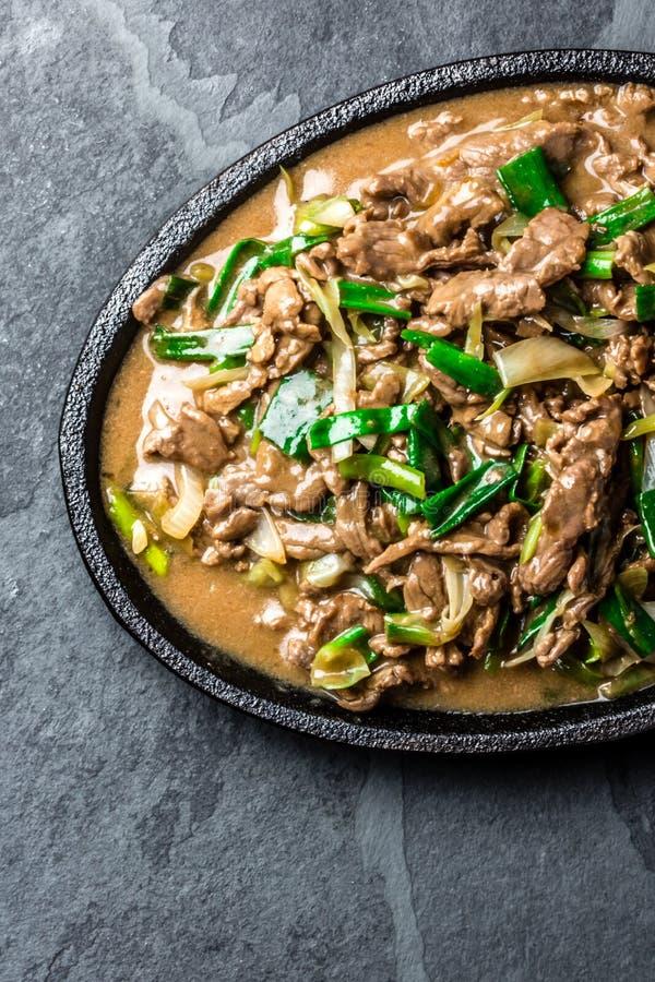 Het Chinese Mongoolse rundvlees beweegt gebraden gerecht op ijzerplaat royalty-vrije stock afbeelding