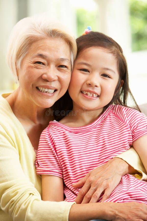 Het Chinese Ontspannen van de Grootmoeder en van de Kleindochter royalty-vrije stock afbeelding
