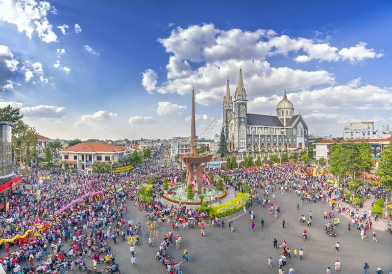 Het Chinese Panorama van het Lantaarnfestival met duizendenmensen marcheerde in straten rond de rotonde van de binnenstad stock foto
