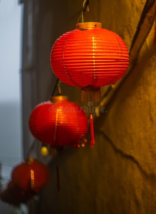 Het Chinese rode lantaarn hangen van een dak in het Taiwanese dorp van Jiufen - 2 royalty-vrije stock afbeeldingen