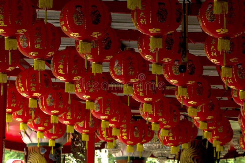 Het Chinese stijllamp hangen op bovenkant stock foto's