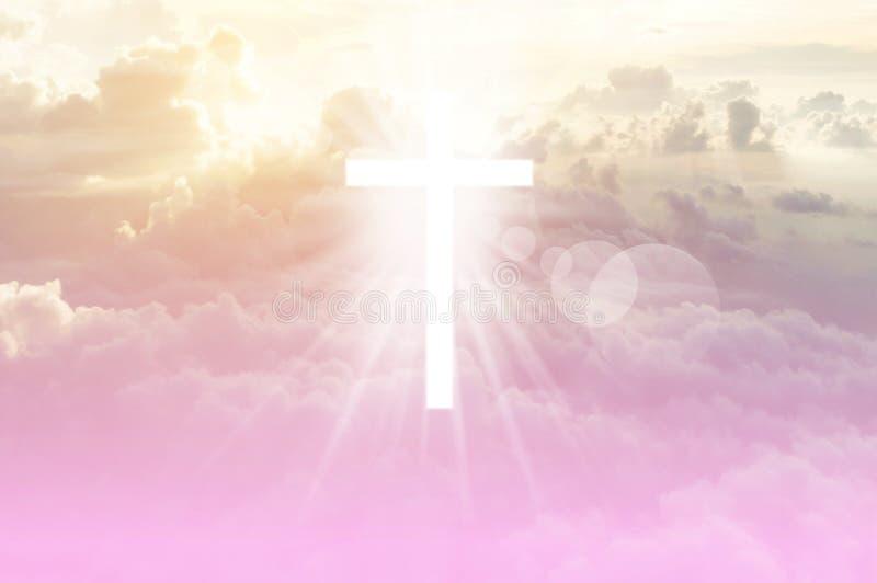 Het christelijke kruis lijkt helder in de hemel royalty-vrije stock foto's