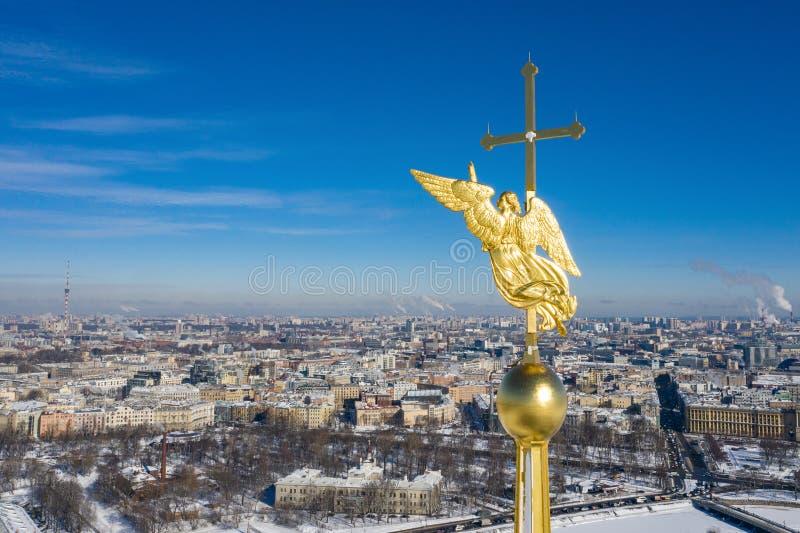 Het cijfer van de beschermengel van St. Petersburg op de spits van Peter en Paul Cathedral werd uitgevoerd door Nederlands hoofdg royalty-vrije stock foto's