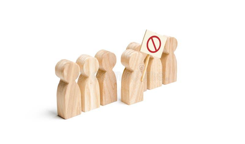 Het cijfer van de persoon komt de lijn met een teken naar voren Een boze menigte van houten cijfers van mensen met een affiche So royalty-vrije stock afbeelding