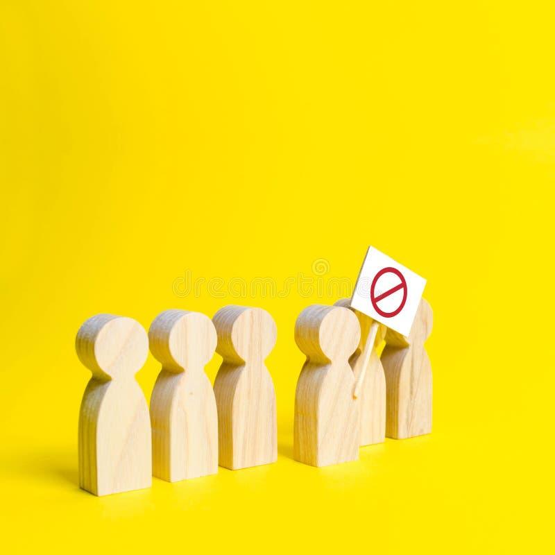 Het cijfer van de persoon komt de lijn met een teken op een gele achtergrond naar voren Sociale ontevredenheid en sociale spannin royalty-vrije stock foto