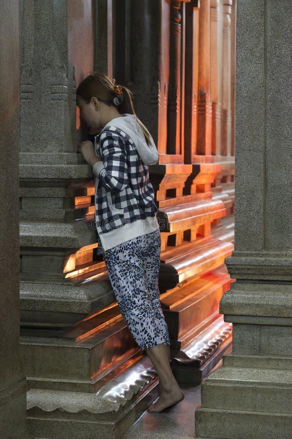 Het cijfer van de vrouw het bidden stock afbeelding