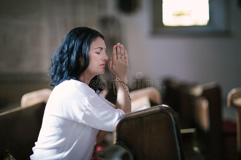 Het cijfer van de vrouw het bidden stock foto