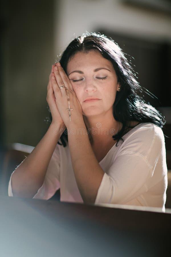 Het cijfer van de vrouw het bidden royalty-vrije stock foto's