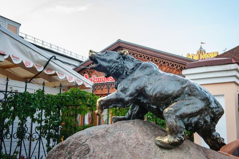 Het cijfer van een groot brons draagt op een grote granietsteen - een symbool van de stad van Yaroslavl en Rusland stock fotografie
