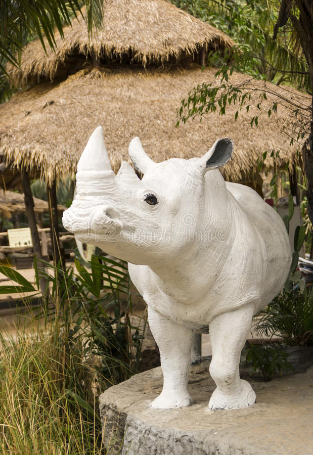 Download Het Cijfer Van Witte Rinoceros Stock Afbeelding - Afbeelding bestaande uit thailand, wild: 39105317
