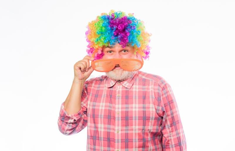 Het circus toont Bejaarde clown Pruik van de de slijtage kleurrijke regenboog van de mensen de hogere gebaarde vrolijke persoon O royalty-vrije stock afbeelding