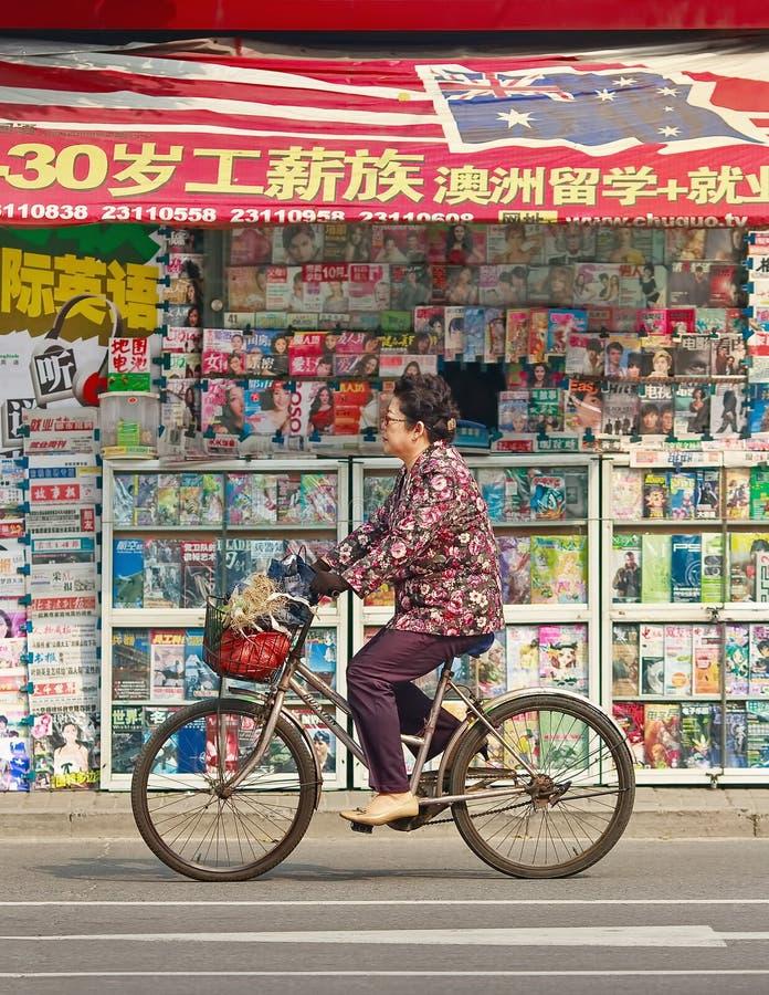 Het cirkelen van Chinese vrouwelijke bejaarden gaat een buitenboekhandel, Tianjin, China over stock afbeelding